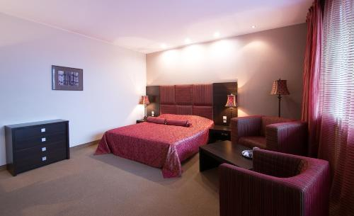 A bed or beds in a room at Good Stay Segevold Hotel & Spa