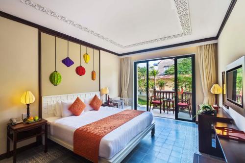 Ein Bett oder Betten in einem Zimmer der Unterkunft Cozy Hoian Villas Boutique Hotel