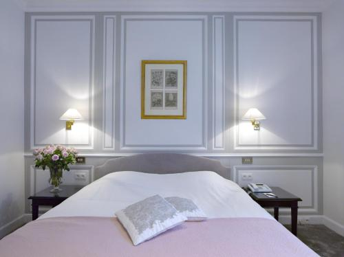 A bed or beds in a room at Hotel Damier Kortrijk