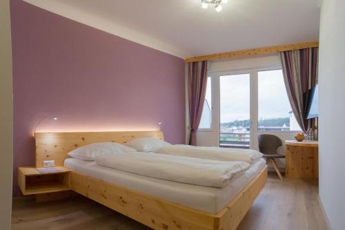 Ein Bett oder Betten in einem Zimmer der Unterkunft Gasthof Zur Traube