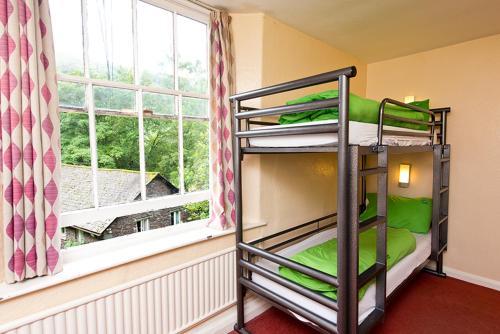 מיטה או מיטות קומותיים בחדר ב-YHA Grasmere Butharlyp Howe