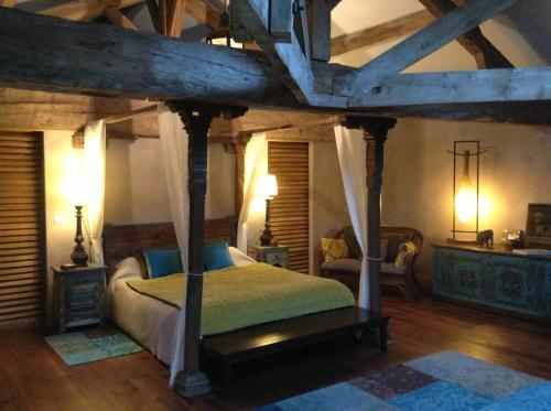 A bed or beds in a room at Chambres d'hôtes Domaine de Ginouilhac