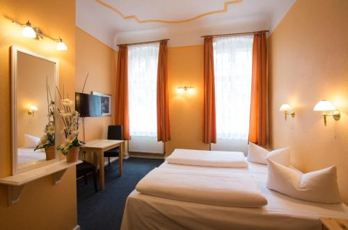 A bed or beds in a room at Hotel am Hermannplatz