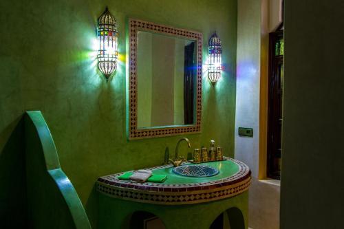 A bathroom at Riad El Walida