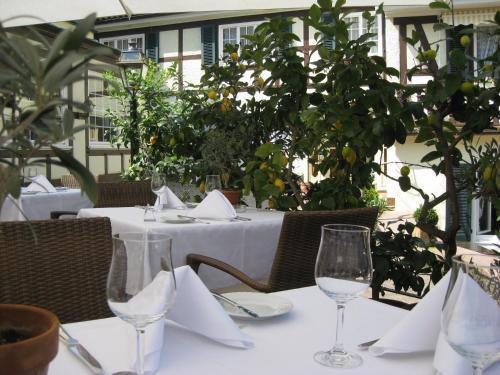 Ein Restaurant oder anderes Speiselokal in der Unterkunft Romantik Hotel zur Sonne