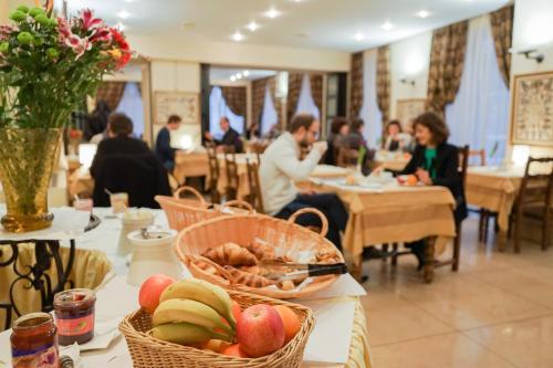 A restaurant or other place to eat at Hôtel du Helder