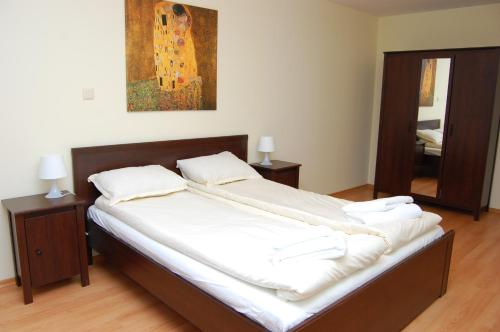 A bed or beds in a room at Elit Pamporovo Apartments
