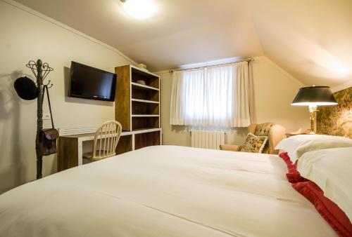 A bed or beds in a room at Pousada Casa Gialla