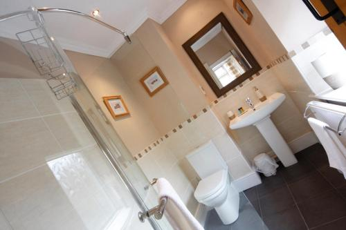 A bathroom at Arkleside Country Guest House