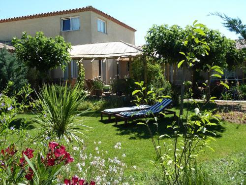 Een tuin van B&B Domaine Méditerranée