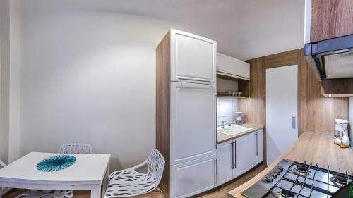 A kitchen or kitchenette at Gabriel's Apartment