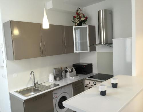 A kitchen or kitchenette at Appartement Le Vieux Port