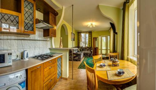 Кухня или мини-кухня в Klimenko House