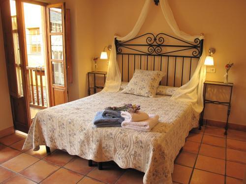 A bed or beds in a room at Casa Rural La Torre De Babel