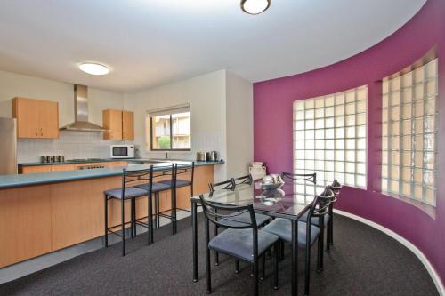 A kitchen or kitchenette at Cosmopolitan Apartments