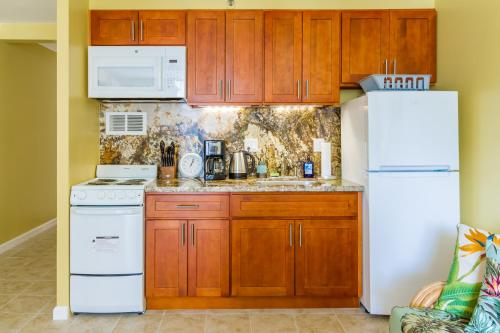 A kitchen or kitchenette at Tropical Studios at Marine Surf Waikiki