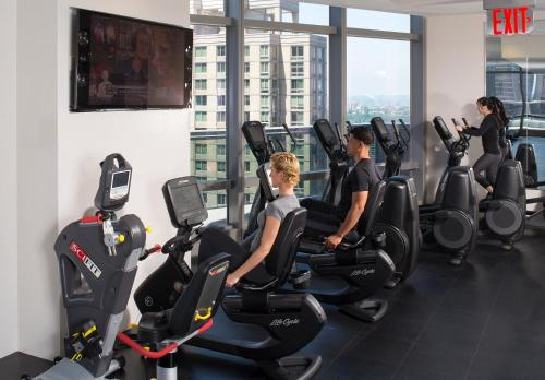 The fitness centre and/or fitness facilities at Courtyard by Marriott New York Manhattan/Central Park