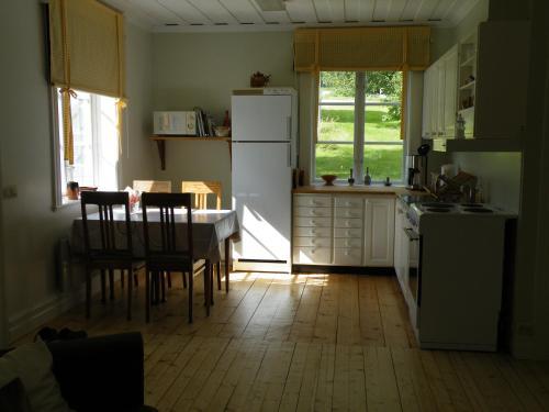 A kitchen or kitchenette at Röda Stugan