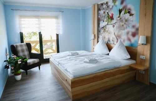 A bed or beds in a room at Pension Auszeit & Restaurant