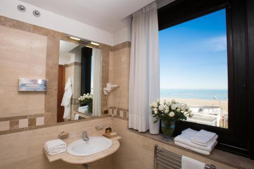A bathroom at Hotel Carlton