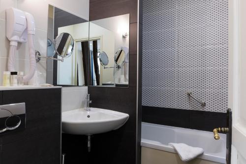 A bathroom at Hotel Mogador