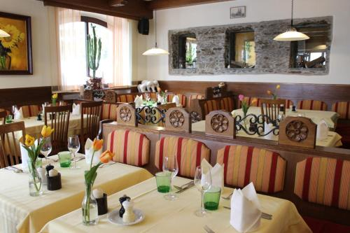 A restaurant or other place to eat at Hotel Restaurant Schweizerhaus