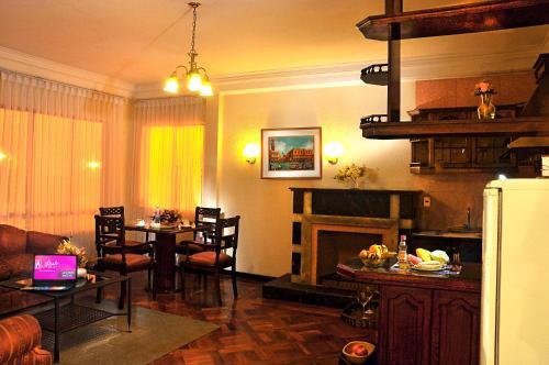 Un restaurante o sitio para comer en Alcalá Apart Hotel
