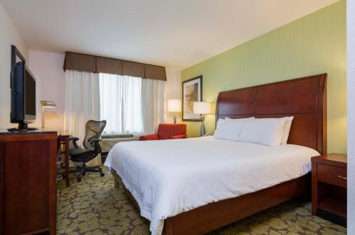 A bed or beds in a room at Hilton Garden Inn Queens/JFK