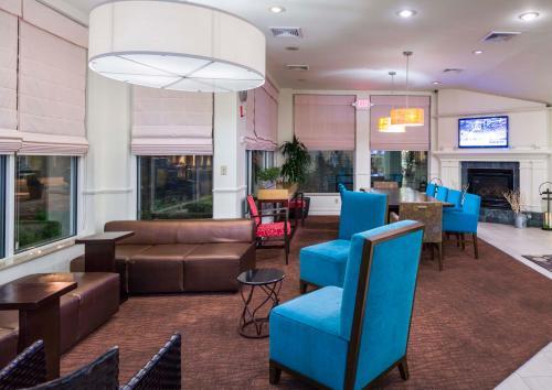 The lounge or bar area at Hilton Garden Inn Queens/JFK