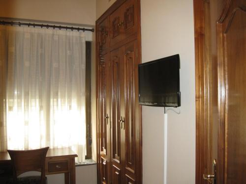 Una televisión o centro de entretenimiento en Hostal Granada