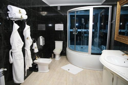 A bathroom at Kleopatra VIP hotel