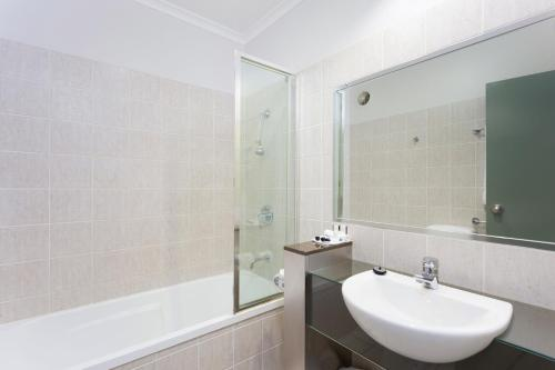 A bathroom at Rocklea International Motel