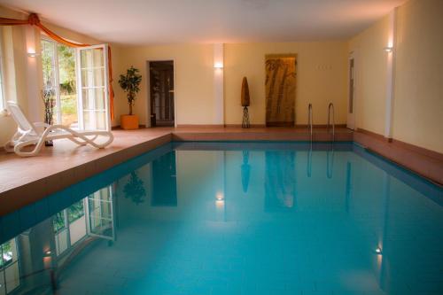 Der Swimmingpool an oder in der Nähe von Hotel Landhaus Waldesruh