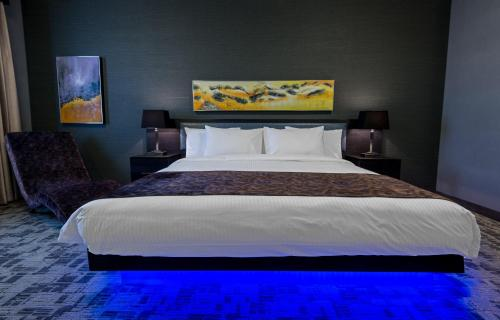 A bed or beds in a room at Applause Hotel Calgary Airport by CLIQUE