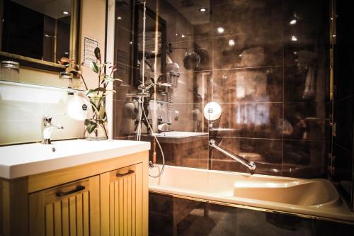 A bathroom at Hôtel Le Refuge