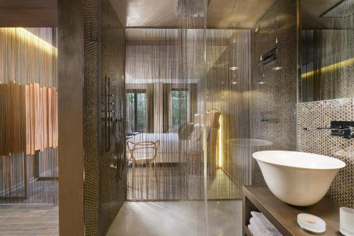 A bathroom at Milan Suite Hotel