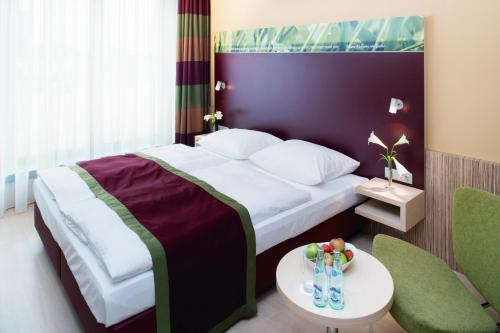 Een bed of bedden in een kamer bij Mövenpick Hotel Frankfurt City