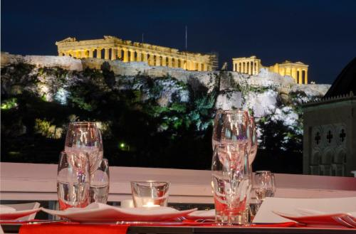 A restaurant or other place to eat at Athens Status Suites