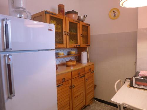 A kitchen or kitchenette at Apartment Le Rabelais-2