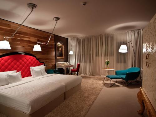 A bed or beds in a room at Graffit Gallery Design Hotel