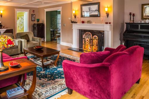 A seating area at Cranmore Inn Bed and Breakfast