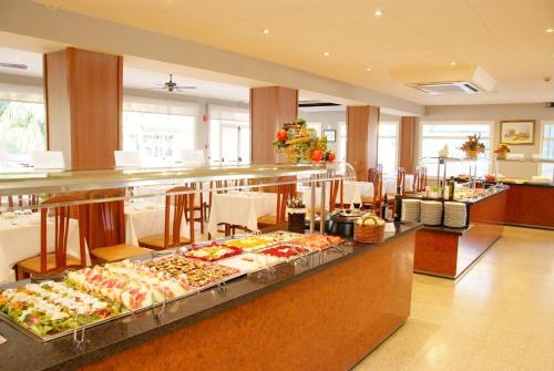 Un restaurante o sitio para comer en Hotel Nereida