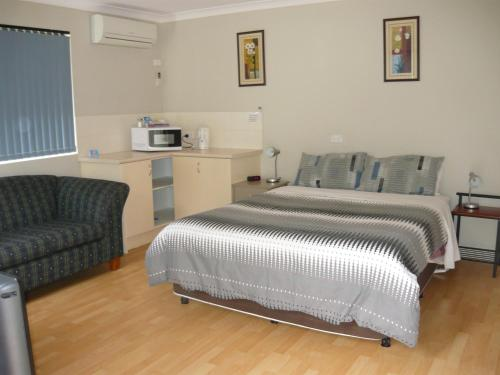 A bed or beds in a room at Albany Apartments