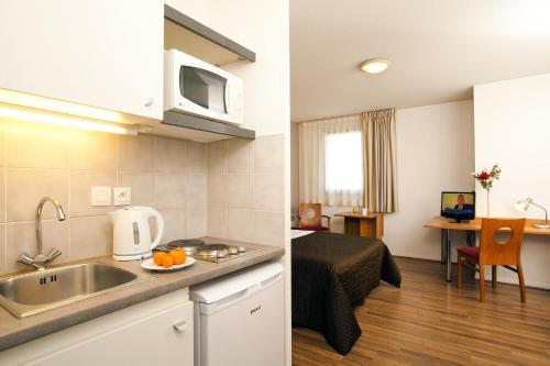 Küche/Küchenzeile in der Unterkunft Séjours & Affaires Toulouse de Brienne