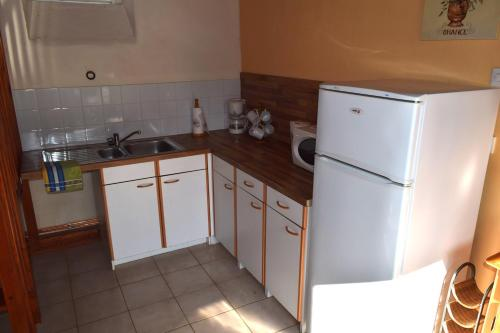 A kitchen or kitchenette at Les Roues Vertes