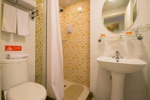 A bathroom at Home Inn Xi'an Keji 6th Road Shuijingdao