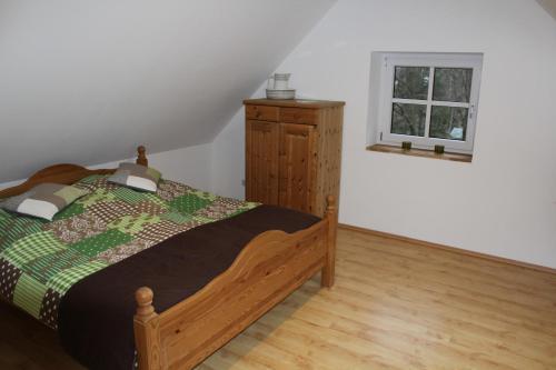 Ein Bett oder Betten in einem Zimmer der Unterkunft Dachstudio Sternenblick