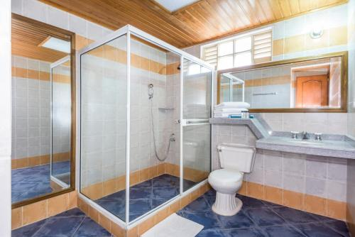 Un baño de Hotel Sunrise Centro Vacacional