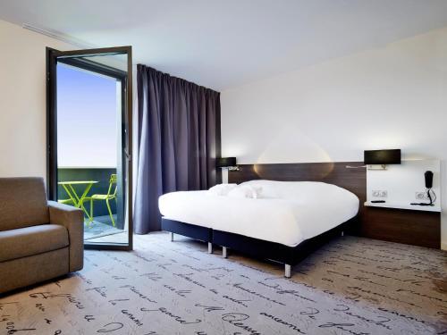 Кровать или кровати в номере Kyriad Troyes Centre