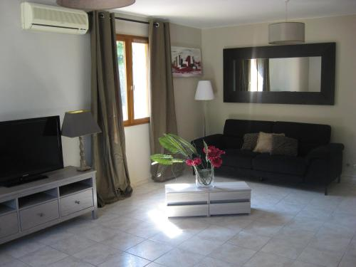 A television and/or entertainment center at 120 m2 3 chambres, parking et piscine